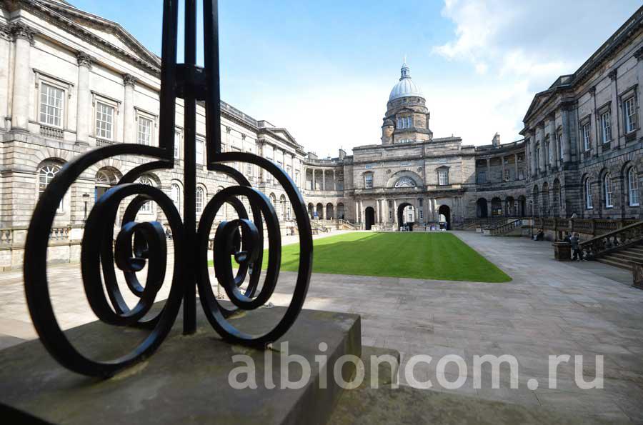 Здание и внутренний двор университета Эдинбурга